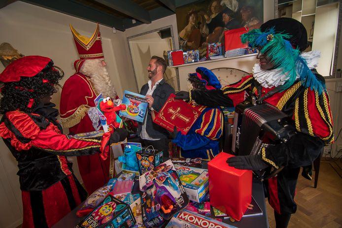 Rick de Jong zorgt er samen met Sinterklaas voor dat armere gezinnen ook cadeautjes krijgen.