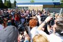 Protestdemonstratie tegen relschoppers van de wijk Veldhuizen. Burgemeester Cees van der Knaap van Ede spreekt bij winkelcentrum De Lindenhorst, waar de rellen begonnen.