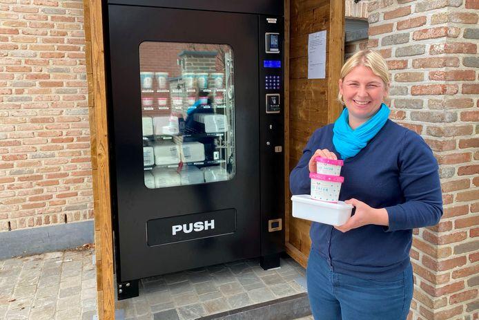 Liselotte Schelfthout plaatste naast 'Lotte's homemade icecream and more' in de Smetledestraat een ijsautomaat.