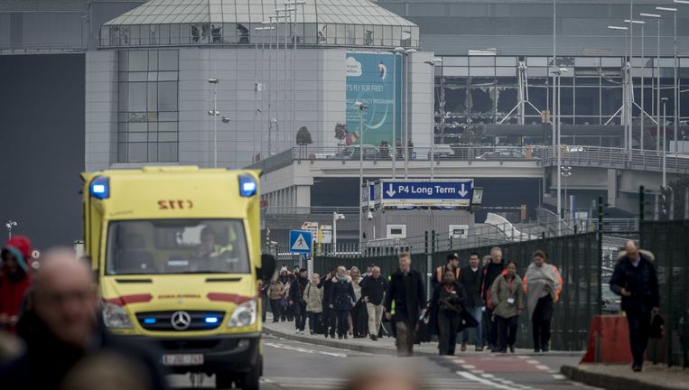 Hulpdiensten en passagiers na de aanslagen op de luchthaven van deze ochtend. Beeld ANP