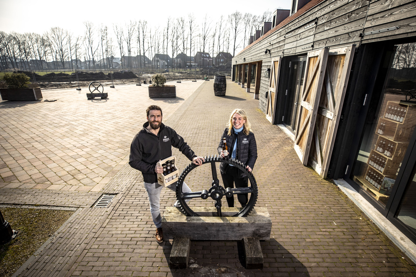 Dirk Heupink en Joyce Veltmaat ter hoogte van de brouwerij, rechts. Linksachter moet de nieuwbouw verrijzen.