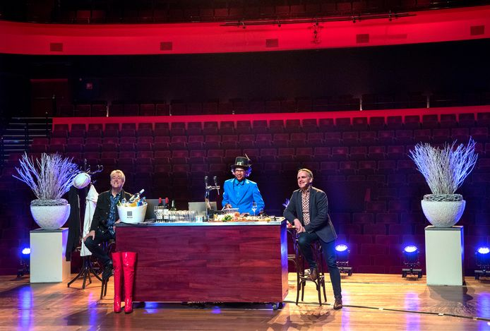 Online pubquiz vanuit een lege schouwburg Amphion, met vlnr Peter Heerschop, quizmaster Martin Waser en schouwburgdirecteur Charles Droste.