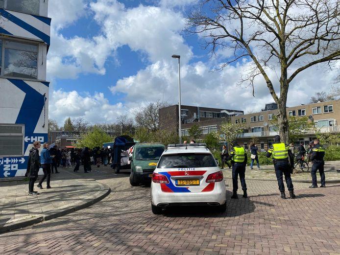 's Middags kwam al een groep van zo'n 200 personen bijeen in de Zomerhofstraat in Rotterdam-Noord.