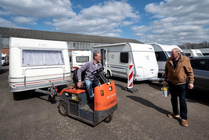 Bob Scholten (met paars/lila trui) heeft een drukke tijd bij caravanstalling Lingewaard in Bemmel. Foto: Gerard Burgers