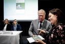 Commissievoorzitter Peter van der Velden overhandigde het eindrapport over het Tilburgs chroom-6-drama aan Natascha van de Put, één van de slachtoffers. ARCHIEFFOTO