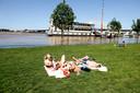 Zonnebaden bij de Waal.