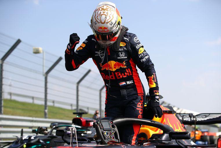 Max Verstappen was op het Engelse Silverstone de twee Mercedessen te snel af. Beeld Getty Images