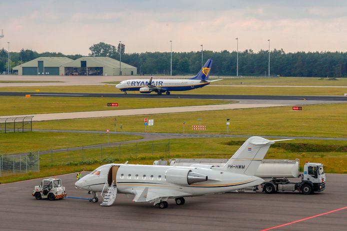 Een zakenvliegtuig tankt kerosine op Eindhoven Airport.