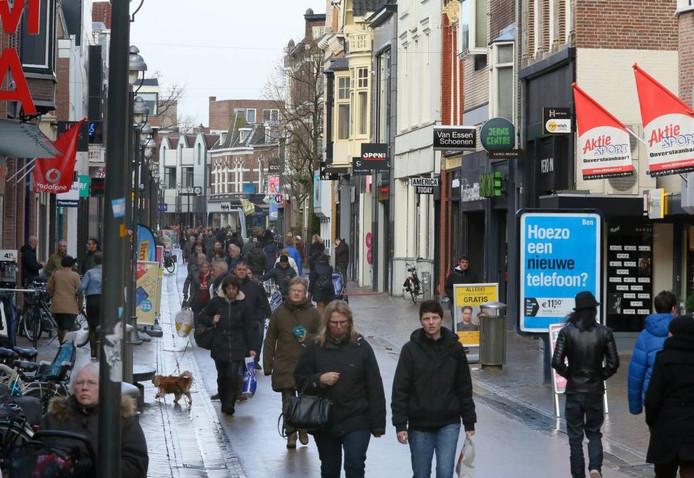 Winkelend publiek in de Hoofdstraat in Apeldoorn.