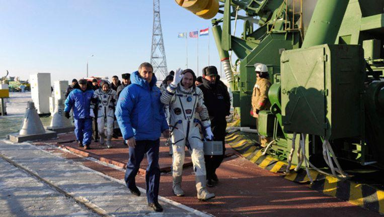 André Kuipers wordt naar de raket begeleid. © epa Beeld