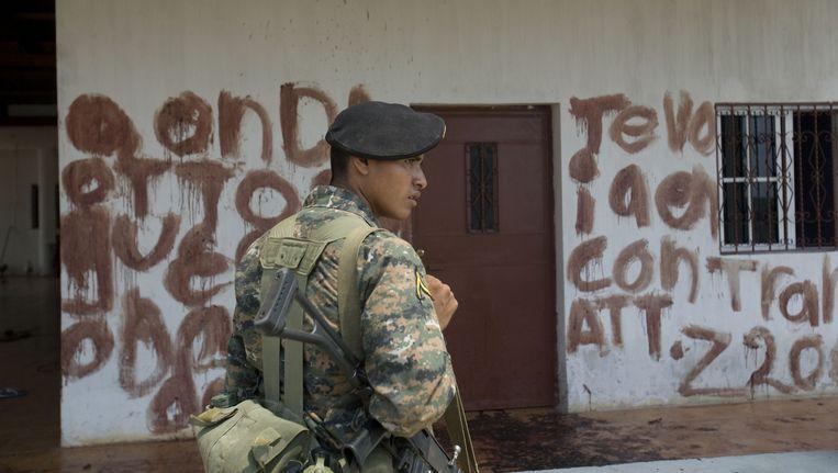 Een met bloed beklad huis in Mexico met een waarschuwing voor een drugsbaas. Beeld AFP