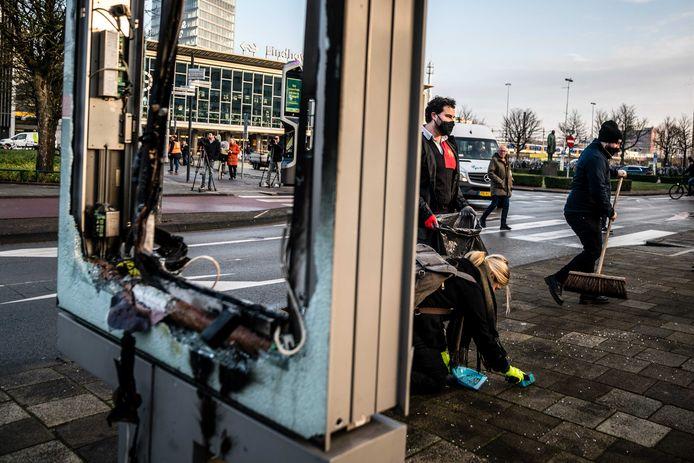 De schade na de avondklokrellen in Eindhoven is in het stationsgebied enorm.