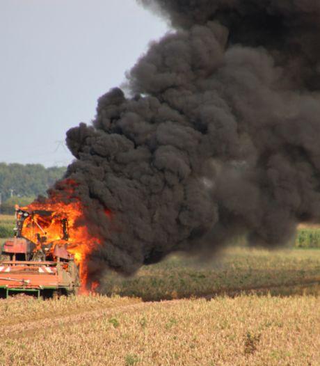 Tractor brandt volledig uit tijdens werkzaamheden aan de uienoogst