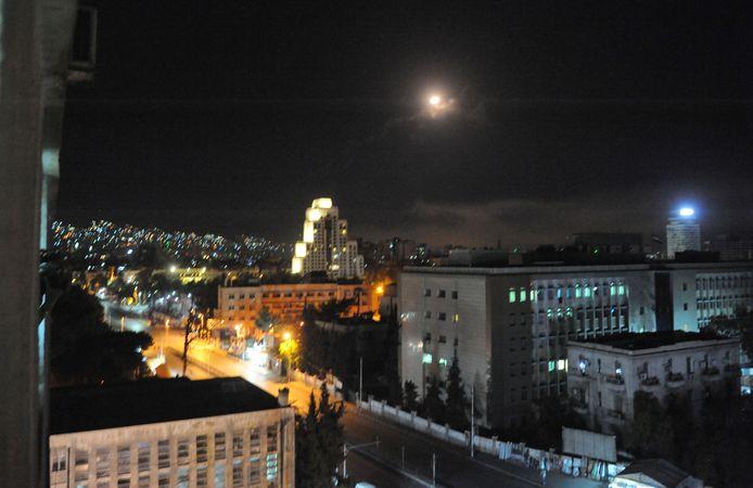 Een foto van een explosie in een buitenwijk van Damascus gepubliceerd op de website van het Syrische persbureau SANA).