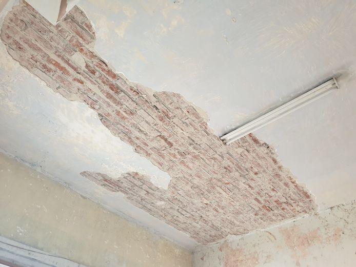 De pleister komt er los van de plafonds.