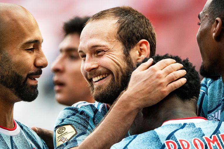 Daley Blind omhelst Quincy Promes na het scoren van de derde goal voor Ajax in de wedstrijd tegen FC Utrecht, afgelopen zondag.  Beeld Guus Dubbelman / de Volkskrant