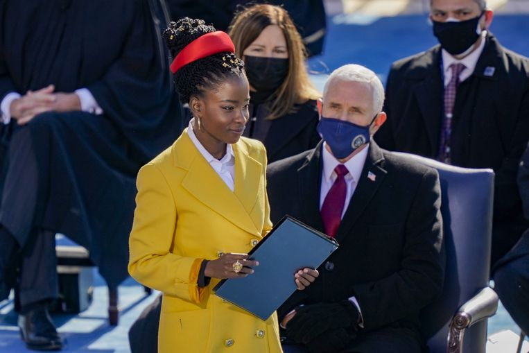 Amanda Gorman maakt zich op voor haar voordracht tijdens de inauguratieplechtigheid van de Amerikaanse president Joe Biden. Beeld AFP