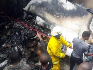 Vliegtuig stort neer op woonwijk in Congo: al 23 lichamen geborgen