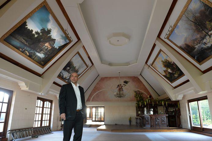 Richard Komen uit Alkmaar in de grote zaal bovenin het complex in Katwijk waar hij een parenclub had willen vestigen.