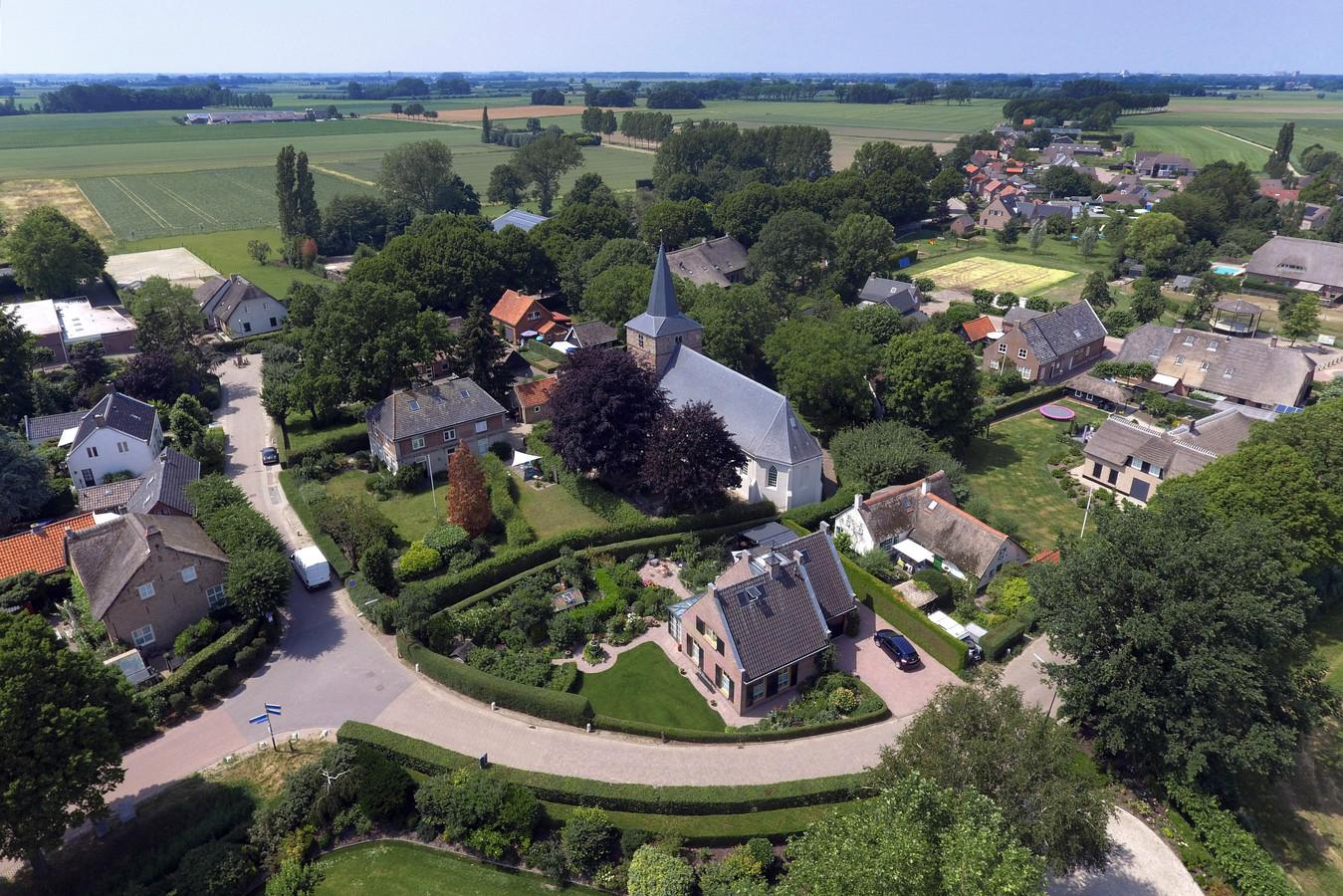 Uitwijk is gebouwd op een donk. Op de luchtfoto is dat nog een beetje te zien: de kerk ligt hoger dan de rest van het dorp.