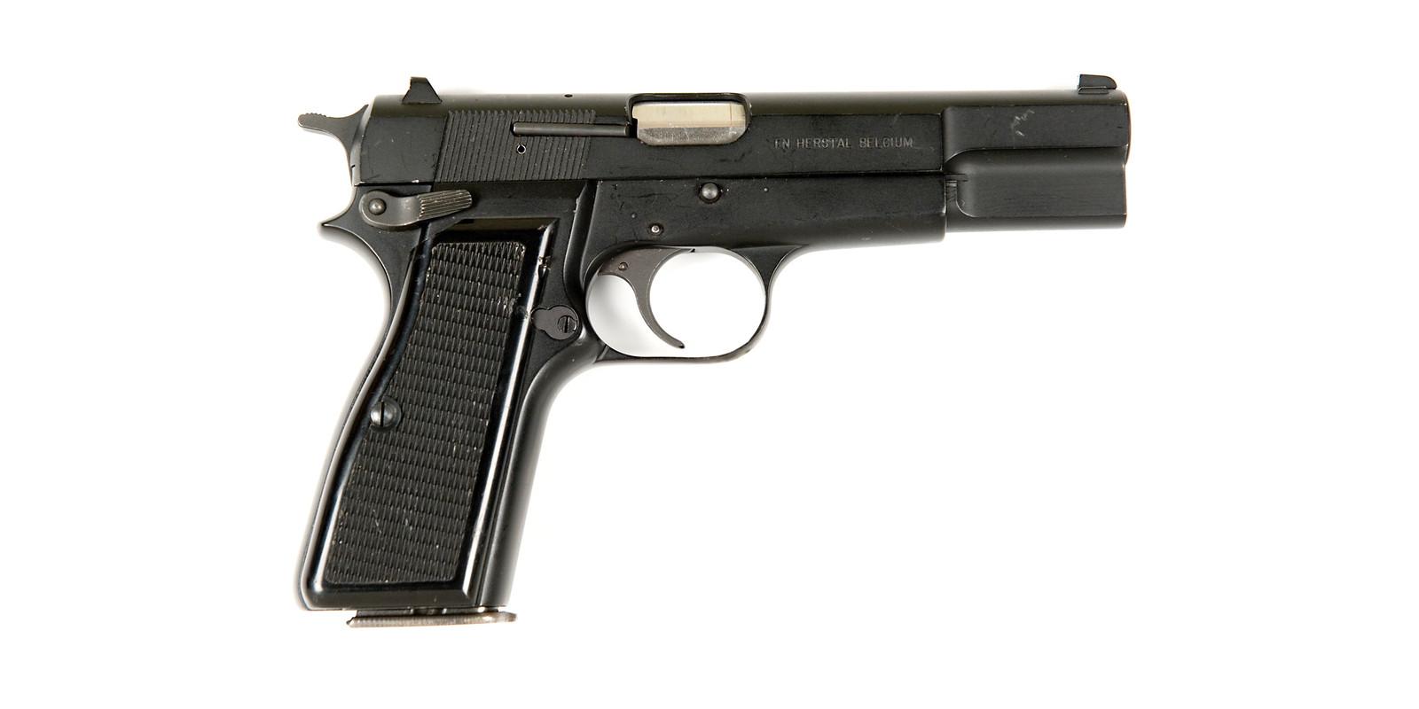 De FN, model High Power 35 die werd aangetroffen bij de verdachte.