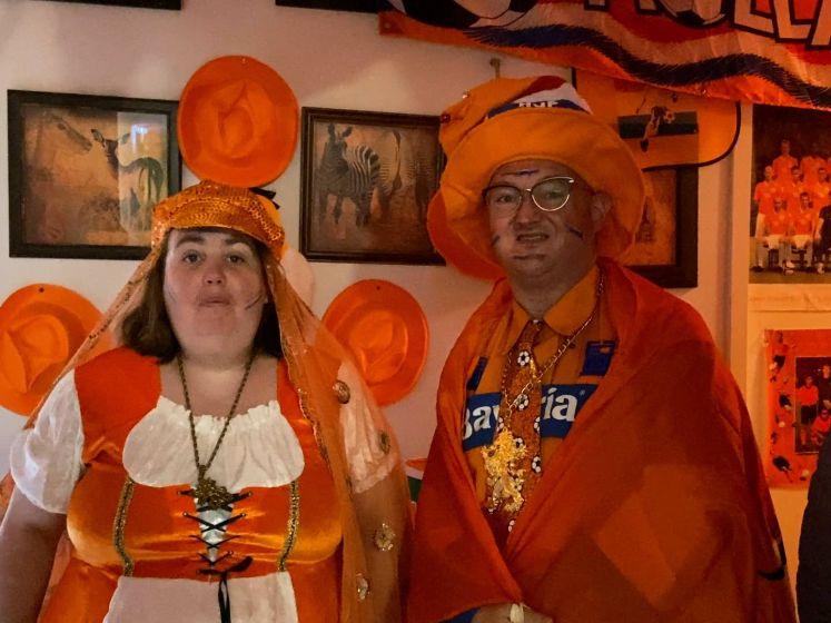In deze flat is àlles oranje, tot in de slaapkamer aan toe
