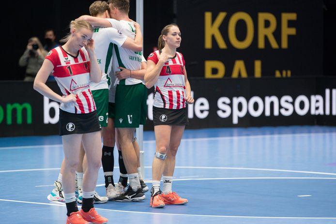 Ontgoocheling bij de Fortuna-speelsters Marieke Klaver en Jessica Lokhorst. Foto orange pictures