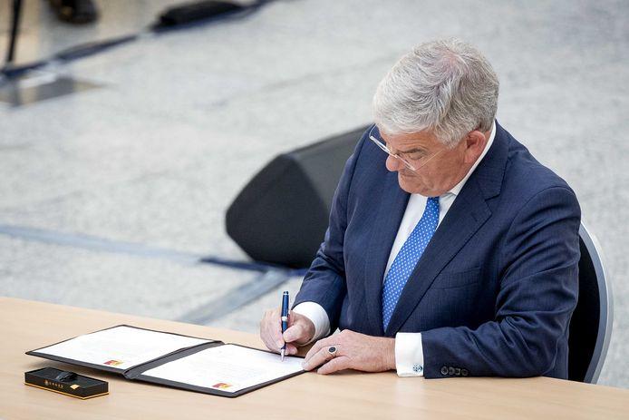 Jan van Zanen wordt tijdens een buitengewone raadsvergadering in het stadhuis beëdigd als burgemeester van Den Haag