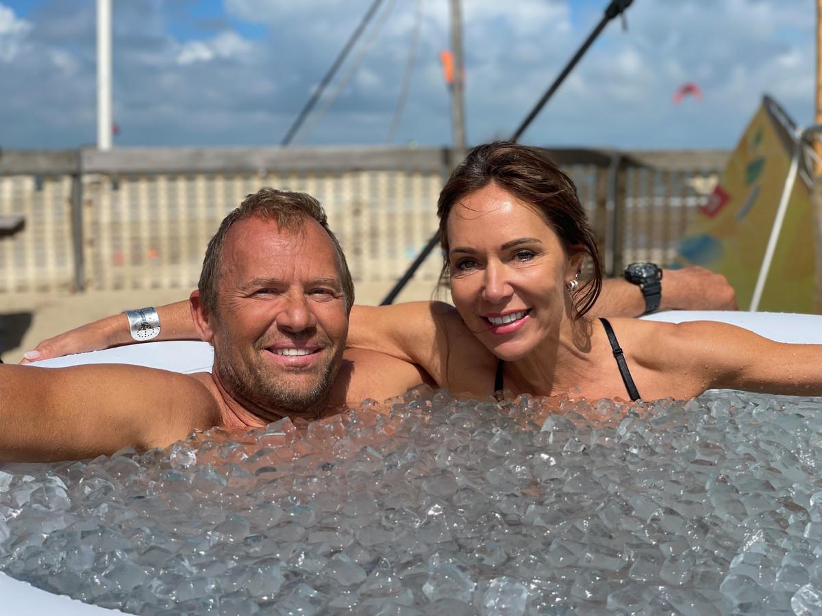 De deelnemers gingen in een ijskoud bad zitten.