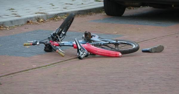 Tragisch ongeluk in Staphorst: kindje komt onder bestelbus terecht en raakt ernstig gewond.
