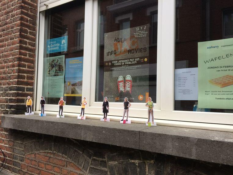 De zeven kartonnen figuurtjes van Beweging.net in Niel.
