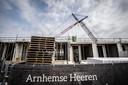 'Arnhemse Heeren' in aanbouw aan de Amsterdamseweg. De eerste laag is klaar, twee tot drie lagen komen er nog bovenop.