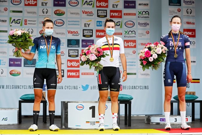 Bij de beloften ging de Belgische titel naar Alana Castrique, die sneller sprintte dan Shari Bossuyt (l.). Julie De Wilde eindigde overall zevende en werd derde belofte.