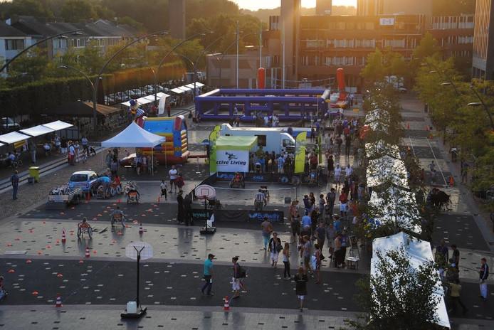 Op de sport- en lifestylemarkt op het Redeplein staan kramen met presentaties, maar er zijn ook sportieve activiteiten.