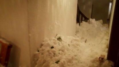 Lawine raakt gebouw in Noord-Italië: dik pak sneeuw vult gangen en trap