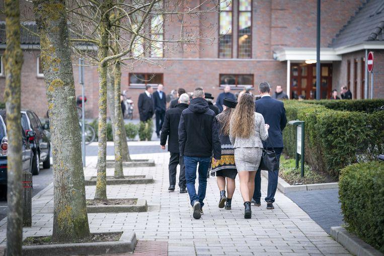 Kerkgangers op weg naar een dienst in de Sionkerk in Urk, waar met ingang van eind maart de coronabeperking aan de groepsgrootte niet langer in acht werd genomen.  Beeld ANP