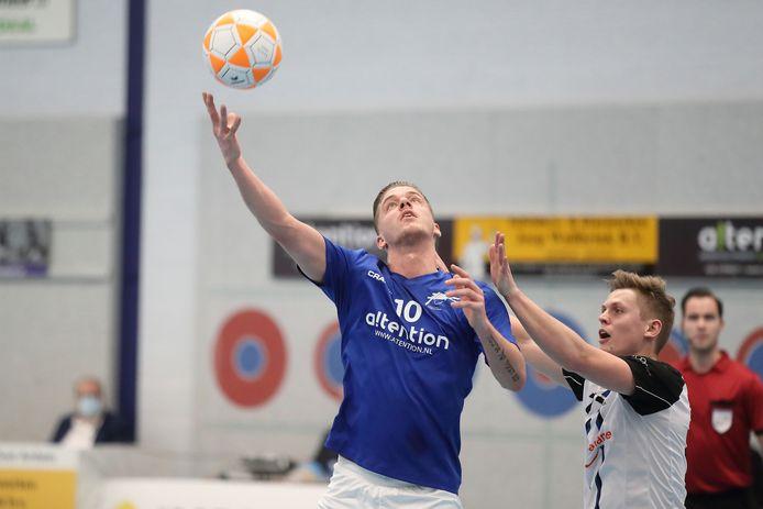 Bas Broenink, oost-Arnhemse topscorer met zeven goals, met zijn tegenstander Stef Meijns van KZ in de eerdere ontmoeting tussen de twee clubs.