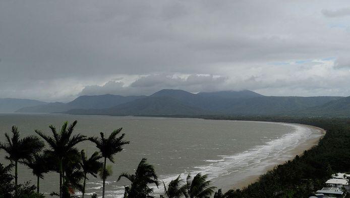 Donkere wolken pakken samen voordat cycloon Ita aan land gaat.