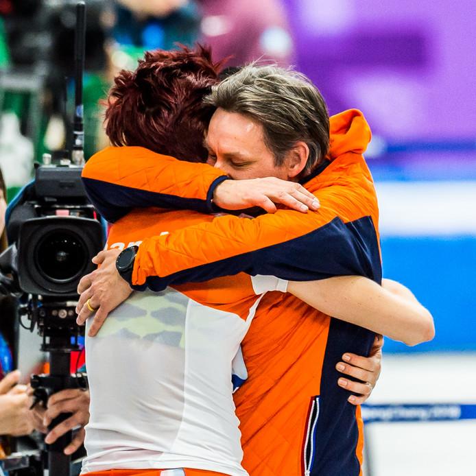 Jorien ter Mors wordt na haar gouden race op de 1000 meter omhelsd door haar shorttrack coach Jeroen Otter.