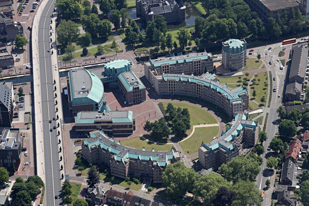 Het Boscotondocomplex in Helmond, met onder en rechts de appartementenblokken.