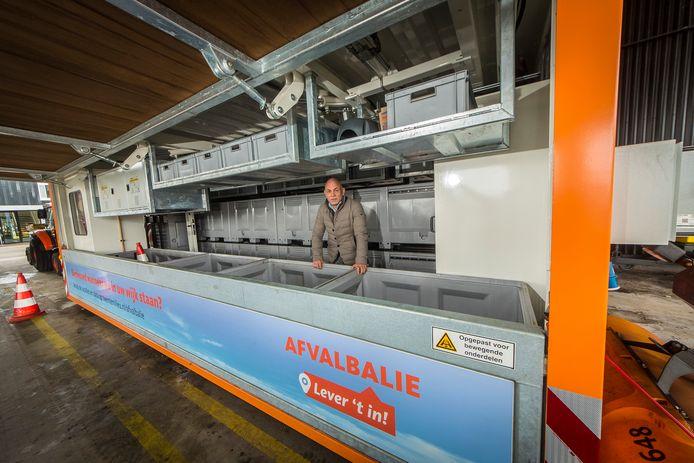 Stephan van Uitert van KTK Containers in het mobiele scheidingsstation dat in Hengelo door Twente Milieu wordt ingezet.