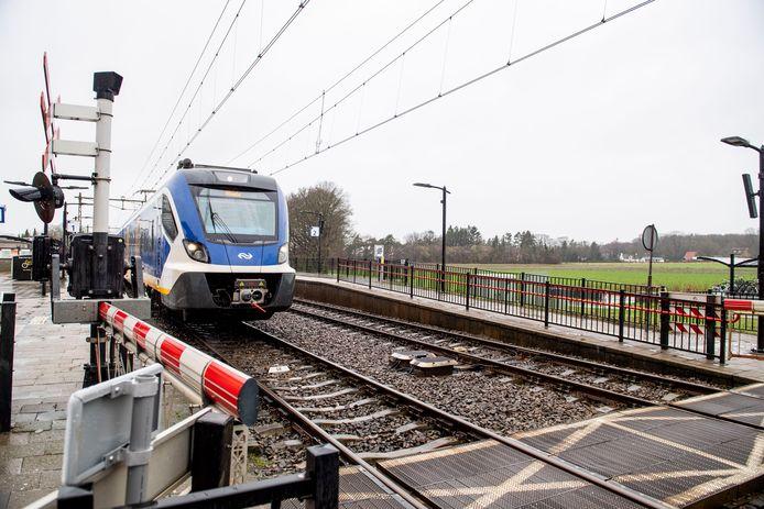 Dinsdagavond is voor de derde keer in ruim een jaar een fiets op het spoor gedumpt bij Holten en een trein is daarop gebotst.