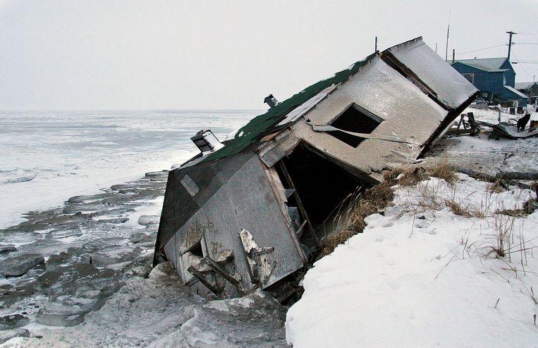 Een verlaten huis in Shishmaref stortte van een klif na een zware storm in 2005. Beeld AP