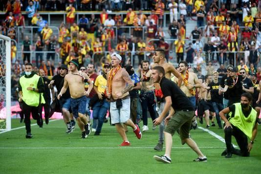 Fans van Lens dagen supporters van Lille uit.