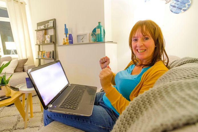 Brigitte van der Hak is blij met het online bod op haar huis, dat 5000 euro boven de vraagprijs is.