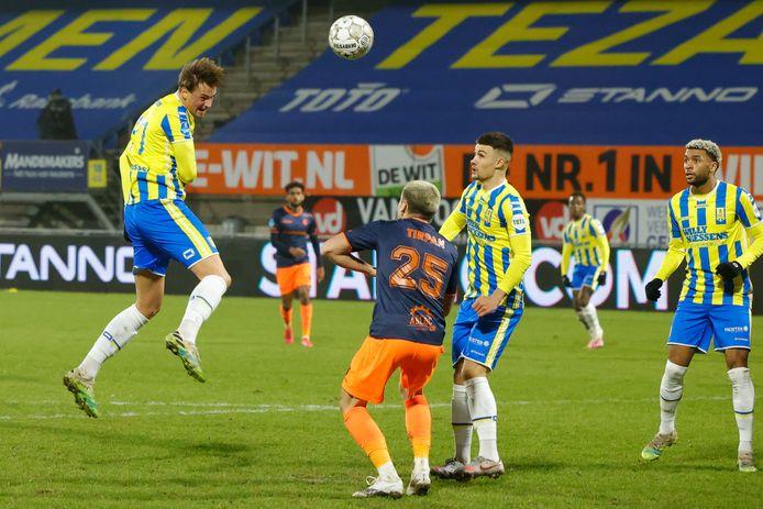 David Min kopt in de slotfase op het doel van Fortuna Sittard. Doelman Yanick van Osch zou de 2-2 in de weg staan.