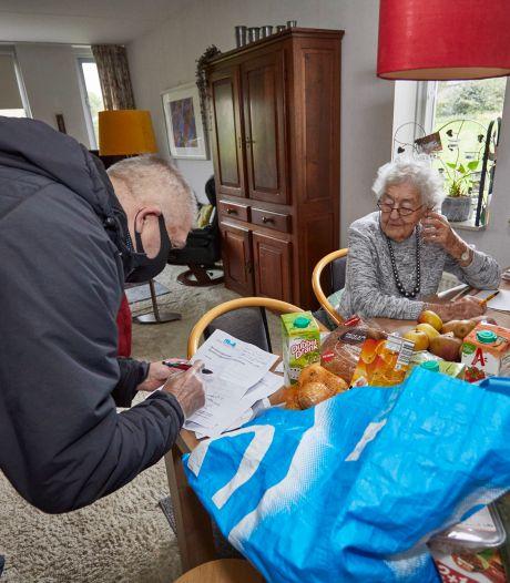 Zutphense wijk Noordveen heeft boodschappendienst in coronatijd: tientallen vrijwilligers staan klaar