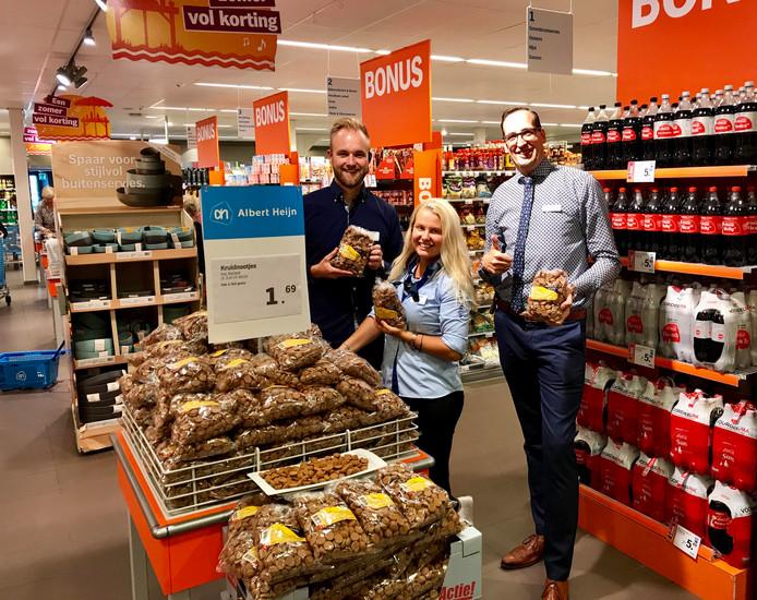 De eerste pepernoten zijn al te verkrijgen bij Albert Heijn in het Drentse Havelte. Vlnr: Milan Bos (Teamleider), Eline Brink (Baliemedewerkster) en Jeroen Schakelaar (Supermarktmanager).