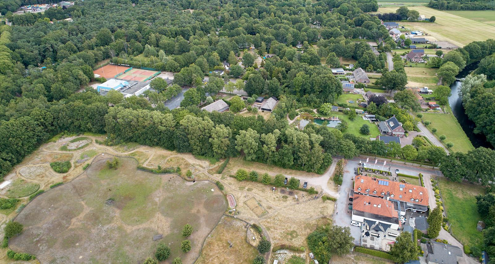 De Wildhorst, te zien op de bovenste helft van deze dronefoto, ligt tegen de Heeswijkse Bossen aan. Rechtsonder hotel-restaurant De Leygraaf.