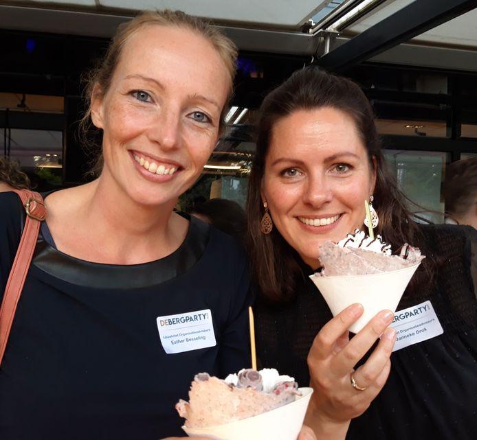 Esther Besseling (links) en Janneke Drok genieten van 'smash 'n roll icecream'.